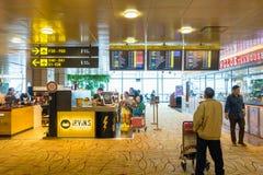 Besökare går runt om avvikelsen Hall i den Changi flygplatsen Singapore Royaltyfri Foto