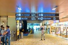 Besökare går runt om avvikelsen Hall i den Changi flygplatsen Singapore Arkivfoto