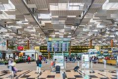 Besökare går runt om avvikelsen Hall i den Changi flygplatsen Singapore Arkivbild