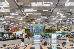Besökare går runt om avvikelsen Hall i den Changi flygplatsen Singapore Royaltyfri Bild