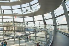 Besökare i den glass kupolen av Reichstagen Berlin Royaltyfri Foto