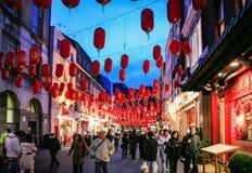 Besökare i den Kina staden dekorerade vid kinesiska lyktor Arkivbild