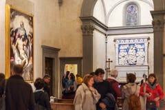 Besökare i det Medici kapellet av basilikan Santa Croce royaltyfri bild