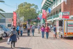 Besökare i en gataplats på Bloemen visar Royaltyfria Bilder