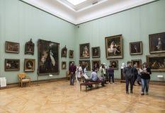 Besökare i korridoren av den berömda ryska konstnären Karl Bryullov i det Tretyakov gallerit, Moskva, royaltyfri foto