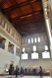 Besökare i medeltida synagoga av El Transito i Toledo Spain arkivfoton