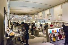 Besökare i museum shoppar på Honkan det japanska gallerit på Tokyen Arkivfoto