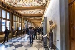 Besökare i västra korridor av det Uffizi gallerit royaltyfri foto