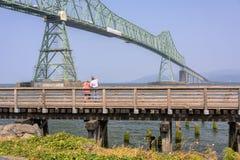 Besökare och den Astoria bron ELLER Royaltyfria Foton