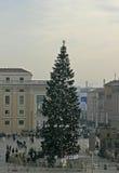 Besökare och julgran i Vaticanenfyrkant Royaltyfri Fotografi