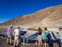 Besökare på Badwater den salta sjön i den Death Valley nationalparken - DEATH VALLEY - KALIFORNIEN - OKTOBER 23, 2017 Royaltyfri Foto