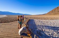 Besökare på Badwater den salta sjön i den Death Valley nationalparken - DEATH VALLEY - KALIFORNIEN - OKTOBER 23, 2017 Arkivfoton