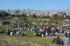 Besökare på beskickningen Dolores Park inSan Francisco, CA Arkivbild