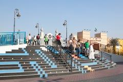 Besökare på den globala byn i Dubai Royaltyfria Bilder
