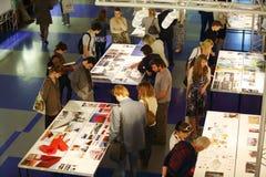 Besökare på den internationella utställningen av den ÄRKE- MOSKVA för arkitektur och för design Arkivfoton