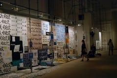 Besökare på den 6th Moskva Biennale av samtida konst Royaltyfri Bild