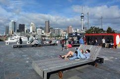 Besökare på den Wynyard fjärdedelen mot Auckland horisont nya Zealan Royaltyfri Foto
