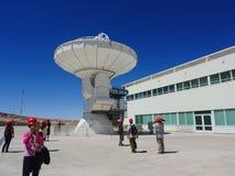 Besökare på en radiotelescope, stor antenn på Alma Observatory i San Pedro de Atacama, Chile royaltyfri fotografi