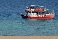 Besökare på ett glass fartyg på Coral Beach Nature Reserve i Eilat, Arkivbild