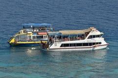 Besökare på ett glass fartyg på Coral Beach Nature Reserve i Eilat, Arkivfoto