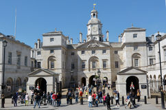 Besökare på hästvakter som bygger London UK Arkivfoto
