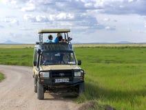 Besökare på jeepbilder av vilda djur i den Tarangire nationalparken Royaltyfria Foton