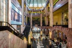Besökare på museet inom Palacioen de Bellas Artes i Mexico - stad fotografering för bildbyråer