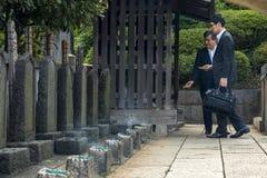 Besökare på tempelkyrkogården Arkivfoto