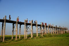 Besökare promenerar bron för U Bein Royaltyfri Fotografi