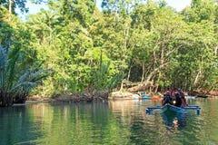 Besökare skriver in den underjordiska floden i Puerto Princessa Den underjordiska floden är en av de nya 7 underna av naturen Arkivbild