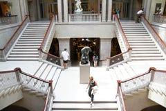 Besökare som går ner Art Institute av Chicago storslagna trappuppgång Arkivfoton