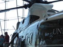 Besökare som går ut den Marine One helikoptern b som används av presidenten Lyndon B johnson Arkivfoto