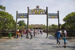 Besökare som kommer att se den imperialistiska Royal Palace av Nguyen dynasti Royaltyfri Foto