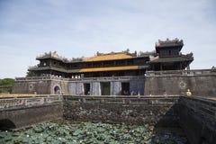 Besökare som kommer att se den imperialistiska Royal Palace av Nguyen dynasti Royaltyfria Foton