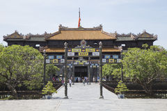 Besökare som kommer att se den imperialistiska Royal Palace av Nguyen dynasti Arkivfoton