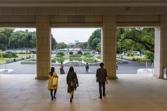 Besökare som lämnar Honkan det japanska gallerit på den Tokyo medborgaren Arkivfoto