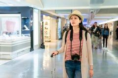 Besökare som söker för något i korridor royaltyfri fotografi