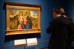 Besökare som ser målning i den Brera konstgallerit, Milan Royaltyfri Foto