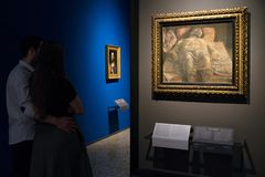 Besökare som ser målning i den Brera konstgallerit, Milan Arkivfoton