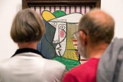 Besökare som ser Pablo Picasso målning Royaltyfria Foton