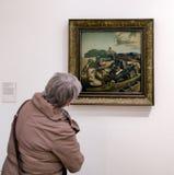 Besökare som ser Salvador Dali målning Royaltyfria Foton