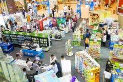 Besökare som shoping på centrala Pinklao Royaltyfria Foton