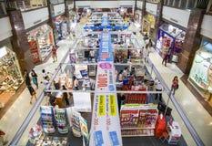 Besökare som shoping på centrala Pinklao Fotografering för Bildbyråer