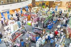 Besökare som shoping på centrala Pinklao Royaltyfri Fotografi