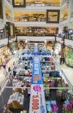 Besökare som shoping på centrala Pinklao Arkivbilder