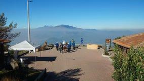 Besökare som tar foto på stationen för kabelbil i norden av staden av Quito Royaltyfria Foton