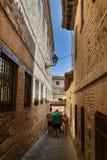 Besökare som tränger ihop den medeltida staden av Toledo Spain arkivbilder