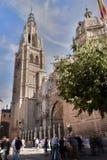 Besökare som tränger ihop domkyrkan av Toledo Spain Arkivfoton