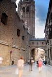 Besökare som tränger ihop domkyrkan av Toledo Spain arkivfoto