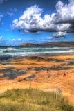 Besökare som tycker om Constantine Bay Cornwall England UK på den corniska norrkusten nära Newquay som bedövar färgglade HDR Royaltyfri Foto